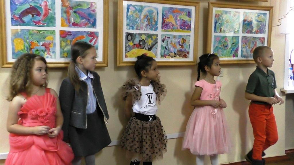 Открытие выставки в Курултае - выступление детей, авторов картин