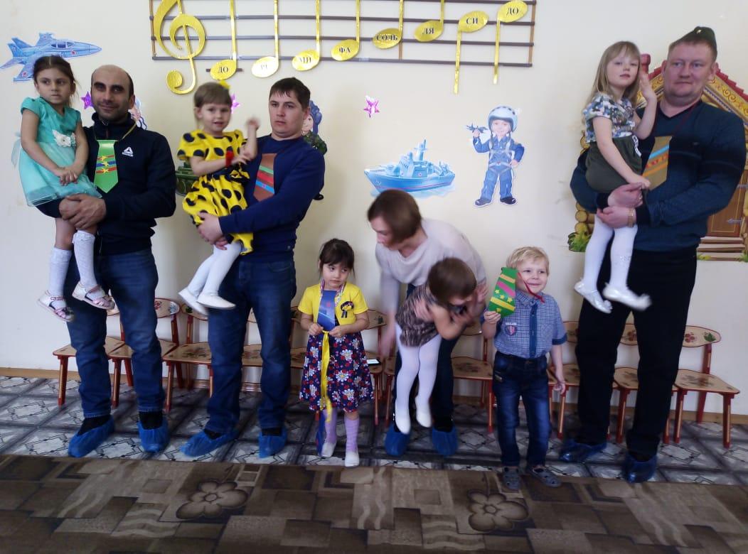 Дети и родители на празднике 23 февраля. Подготовительное отделение.